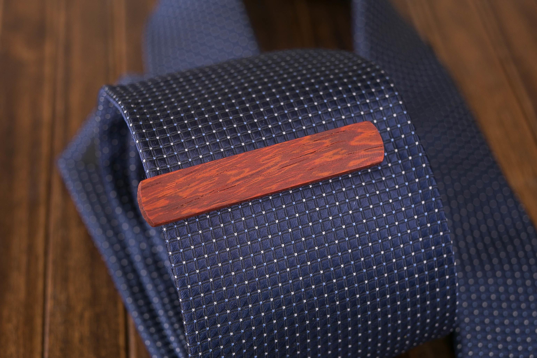 Деревянный зажим для галстука из настоящего падука. Гравировка имени или инициалов. Планка для галстука. Подарок для друзей жениха. Подарок на деревянную свадьбу