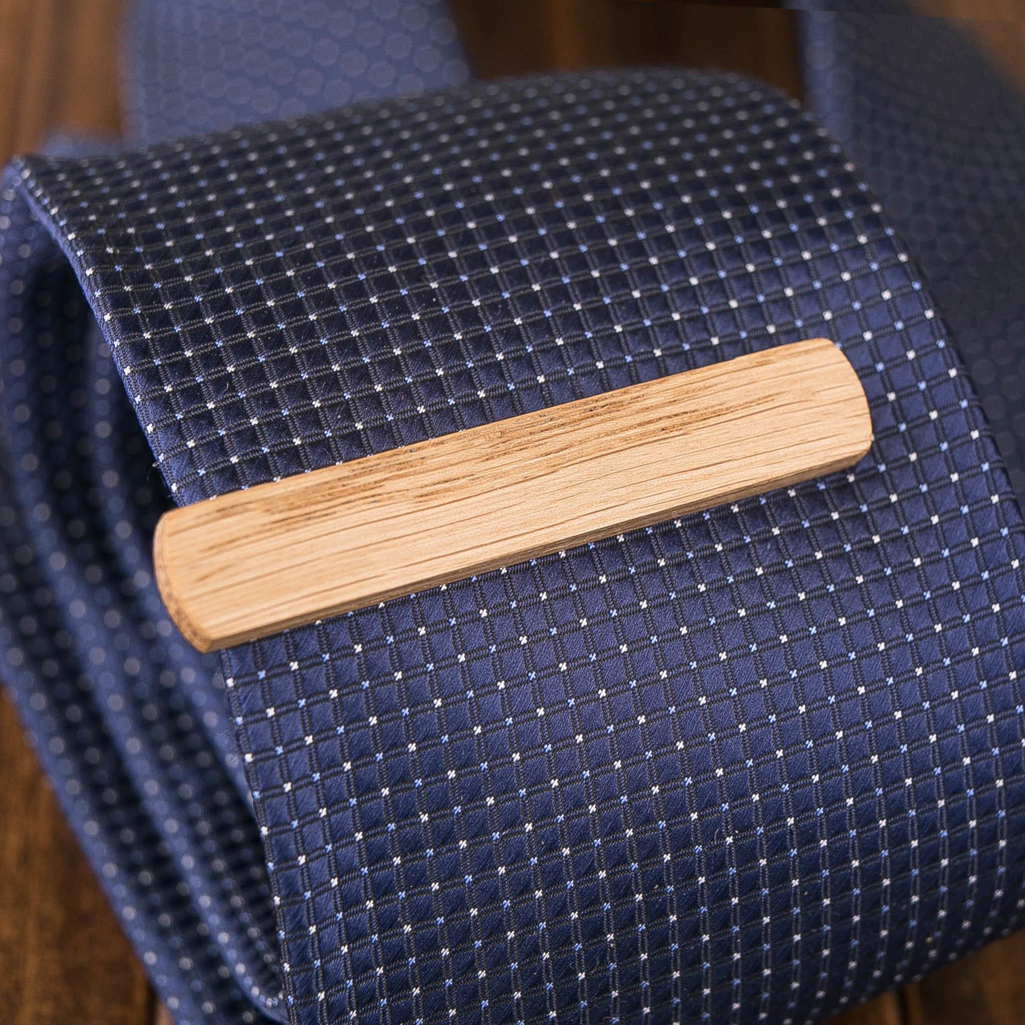 Деревянный зажим для галстука из натурального дуба. Гравировка имени или инициалов. Планка для галстука. Подарок для друзей жениха. Подарок на деревянную свадьбу TW-OakTieClip10