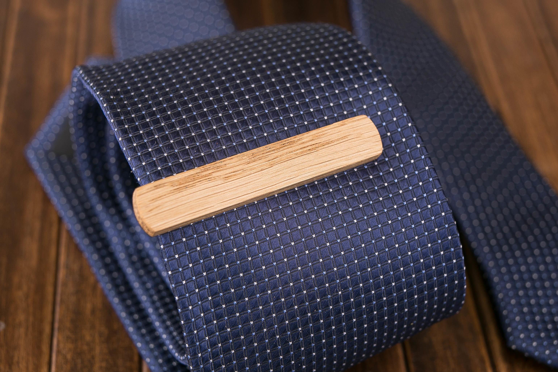 Деревянный зажим для галстука из натурального дуба. Гравировка имени или инициалов. Планка для галстука. Подарок для друзей жениха. Подарок на деревянную свадьбу