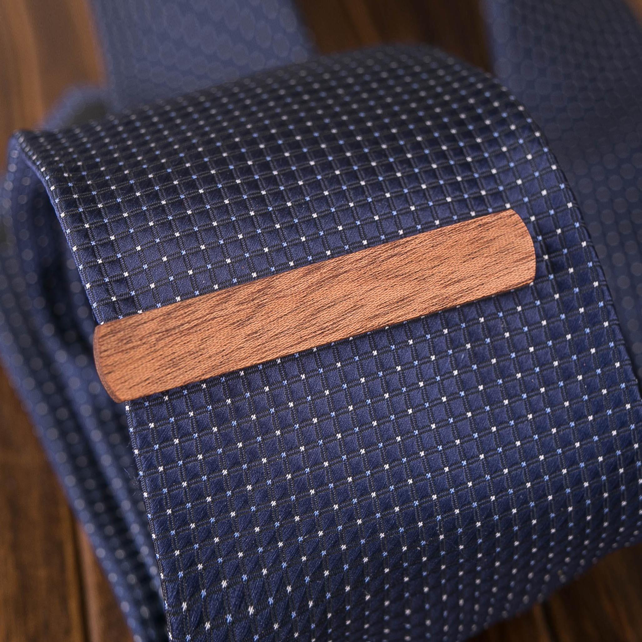 Деревянный зажим для галстука. Массив сапеле. Гравировка имени или инициалов. Планка для галстука. Подарок для друзей жениха. Подарок на деревянную свадьбу TW-SapeleTieClip10