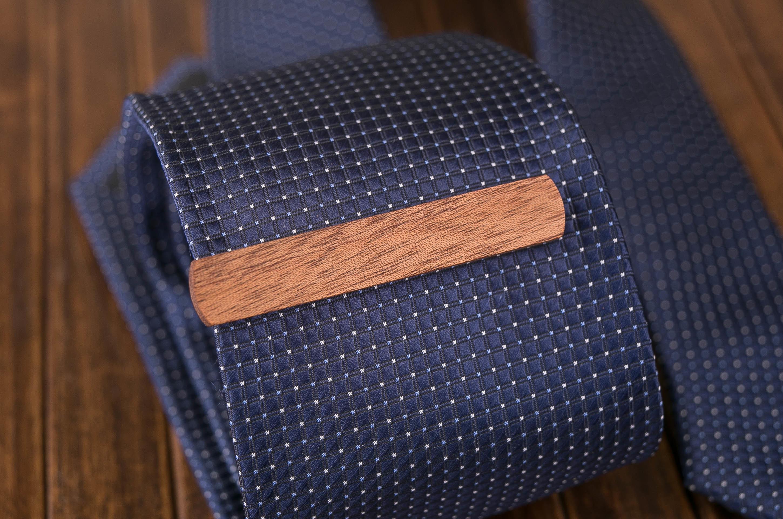 Деревянный зажим для галстука. Массив сапеле. Гравировка имени или инициалов. Планка для галстука. Подарок для друзей жениха. Подарок на деревянную свадьбу