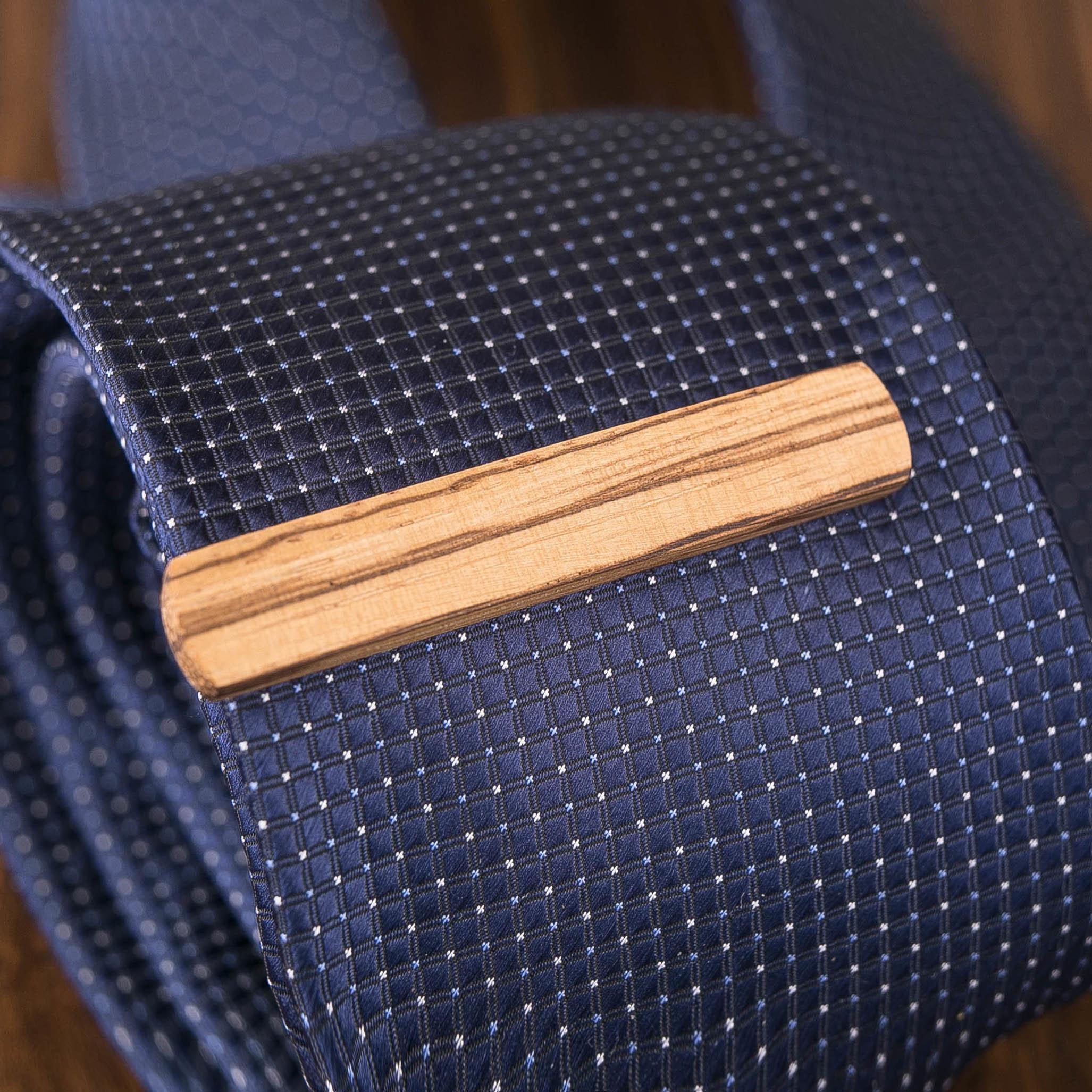 Деревянный зажим для галстука. Массив зебрано. Гравировка имени или инициалов. Планка для галстука. Подарок для друзей жениха. Подарок на деревянную свадьбу TW-ZebraTieClipH10