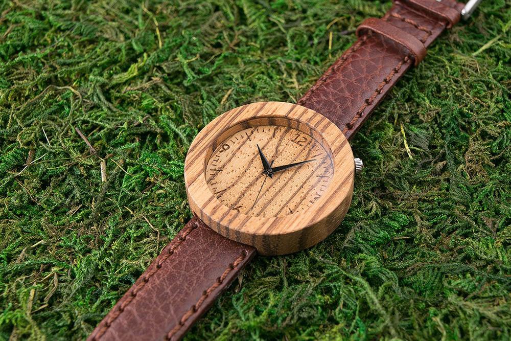 Круглые деревянные унисекс часы 45 мм. Африканское зебрано. Глянцевый коричневый премиум ремешок из натуральной кожи. Любая гравировка на циферблате и задней крышке