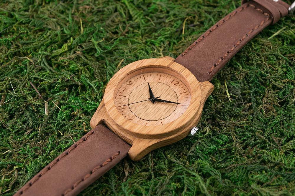 Часы из дерева. Массив дуба. Коричневый премиум ремешок из натуральной кожи. Любая гравировка на циферблате и задней крышке