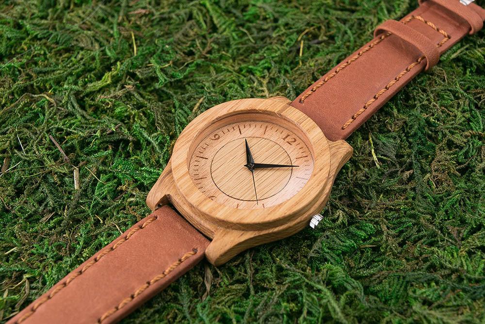Часы из дерева. Массив дуба. Терракотовый премиум ремешок из натуральной кожи. Любая гравировка на циферблате и задней крышке