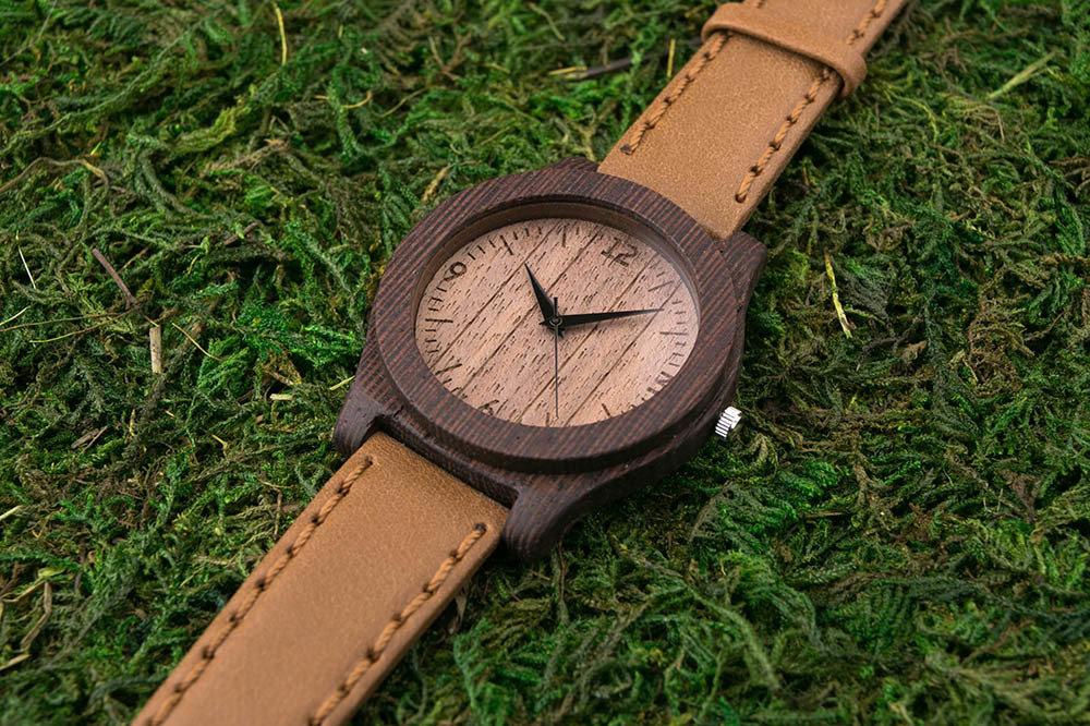 Часы из дерева. Массив венге. Песочный премиум ремешок из натуральной кожи. Любая гравировка на циферблате и задней крышке