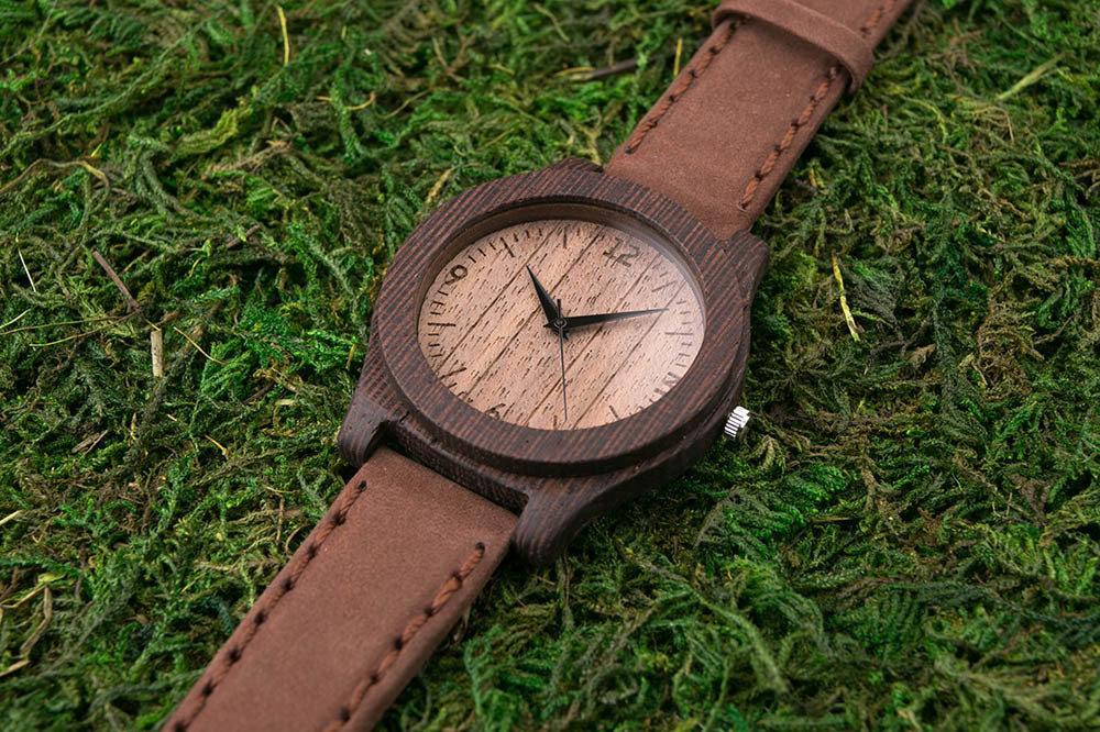 Часы из дерева. Массив венге. Коричневый премиум ремешок из натуральной кожи. Любая гравировка на циферблате и задней крышке