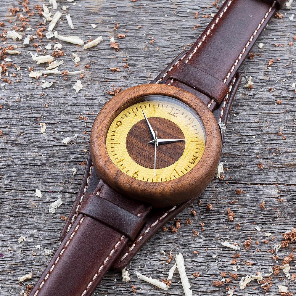 Круглые  деревянные часы 45 мм. Массив палисандра. Коричневый ремешок-авиатор. Любая гравировка на циферблате + открытка из дерева TwinsWatch-RosewoodAvia