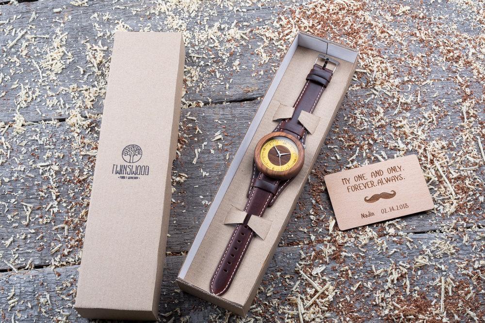 Круглые  деревянные часы 45 мм. Массив палисандра. Коричневый ремешок-авиатор. Любая гравировка на циферблате + открытка из дерева