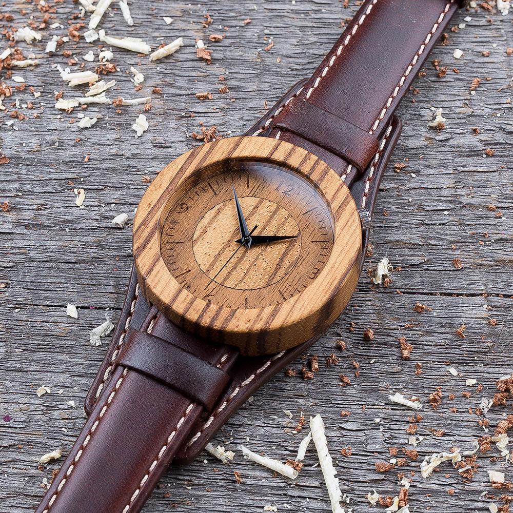 Круглые  деревянные часы 45 мм. Массив зебрано. Коричневый ремешок-авиатор. Любая гравировка на циферблате + открытка из дерева TwinsWatch-ZebranoNewAvia