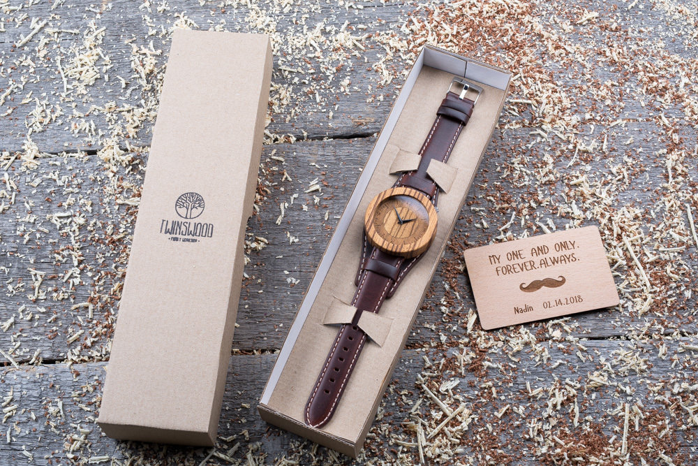Круглые  деревянные часы 45 мм. Массив зебрано. Коричневый ремешок-авиатор. Любая гравировка на циферблате + открытка из дерева