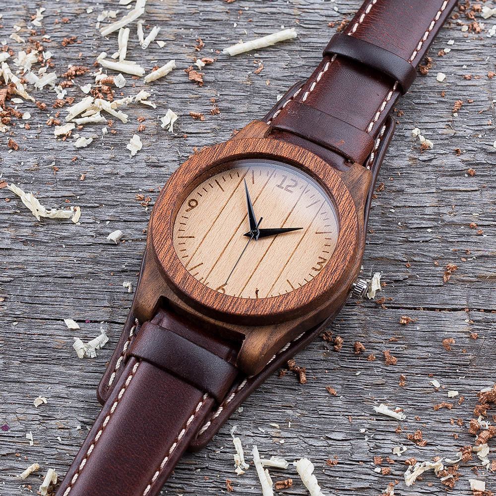 Часы из двух сортов дерева палисандр и сапеле. Коричневый ремешок-авиатор. Любая гравировка на циферблате + открытка из дерева TwinsWatch-RosewoodSapeleNewAvia