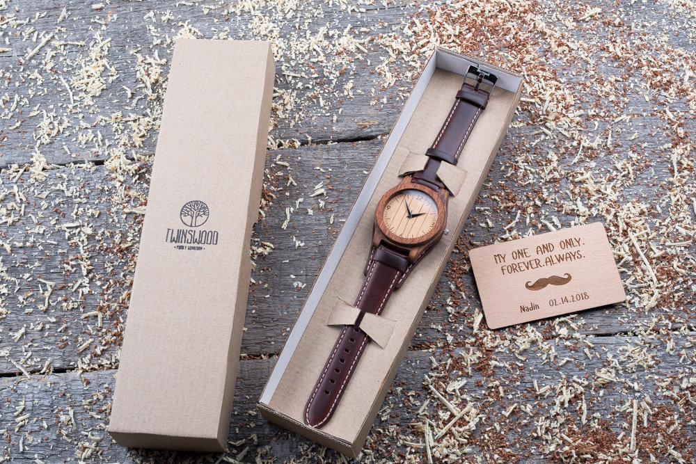 Часы из двух сортов дерева палисандр и сапеле. Коричневый ремешок-авиатор. Любая гравировка на циферблате + открытка из дерева
