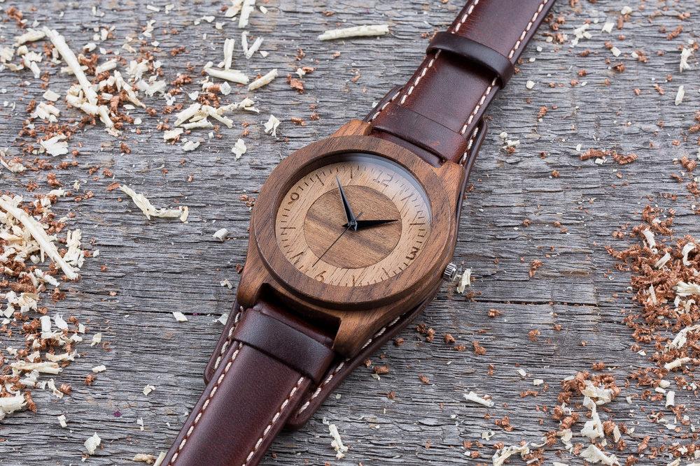 Часы из двух сортов дерева палисандр и орех. Коричневый ремешок-авиатор. Любая гравировка на циферблате + открытка из дерева