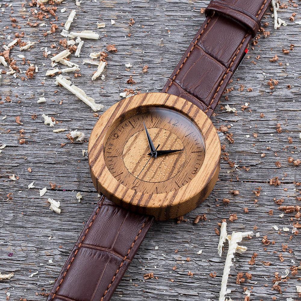 Круглые унисекс часы из дерева 45 мм. Массив зебрано. Коричневый текстурный ремешок из кожи. Любая гравировка на циферблате и задней крышке + открытка из дерева TwinsWatch-ZebraBrownTexNew