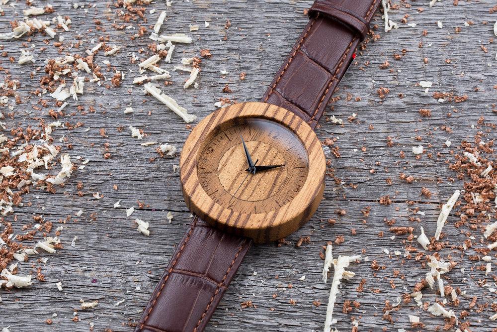Круглые унисекс часы из дерева 45 мм. Массив зебрано. Коричневый текстурный ремешок из кожи. Любая гравировка на циферблате и задней крышке + открытка из дерева