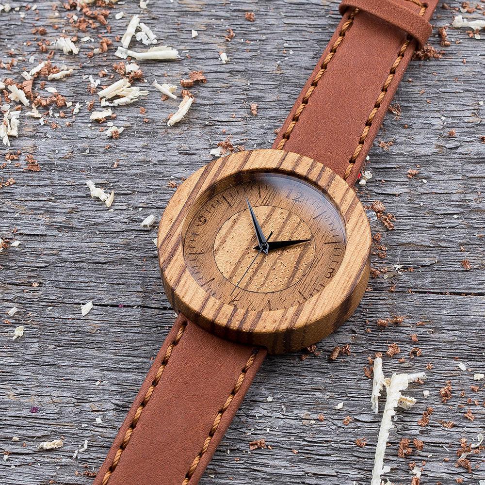 Круглые унисекс часы из дерева 45 мм. Массив зебрано. Терракотовый премиум ремешок из кожи. Любая гравировка на циферблате и задней крышке + открытка из дерева TwinsWatch-ZebraTerracotNew