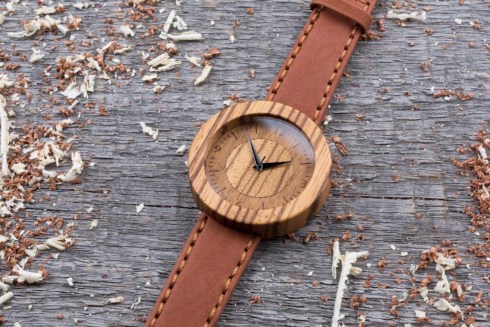 Круглые унисекс часы из дерева 45 мм. Массив зебрано. Терракотовый премиум ремешок из кожи. Любая гравировка на циферблате и задней крышке + открытка из дерева