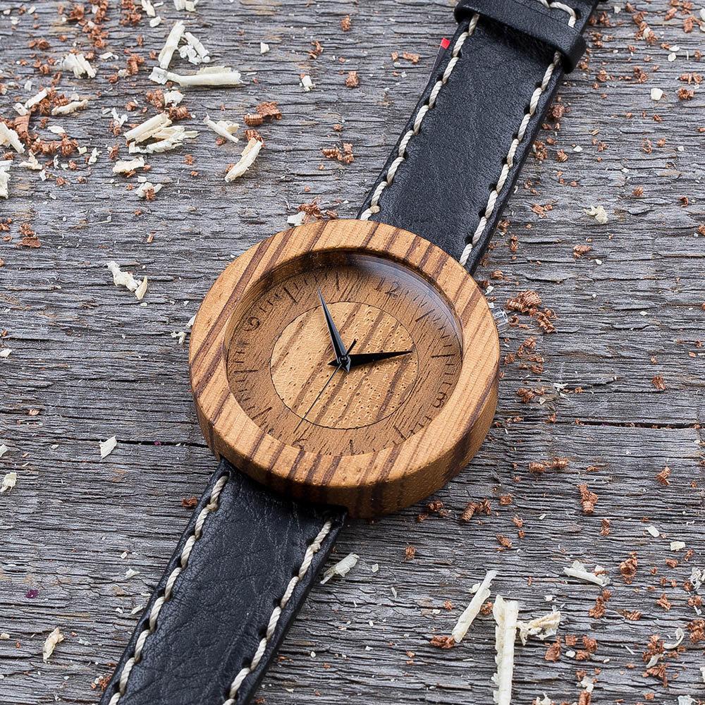 Круглые унисекс часы из дерева 45 мм. Массив зебрано. Черный с белой строчкой премиум ремешок из кожи. Любая гравировка на циферблате и задней крышке + открытка из дерева TwinsWatch-ZebraBlackWhiteNew