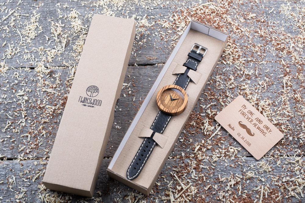 Круглые унисекс часы из дерева 45 мм. Массив зебрано. Черный с белой строчкой премиум ремешок из кожи. Любая гравировка на циферблате и задней крышке + открытка из дерева