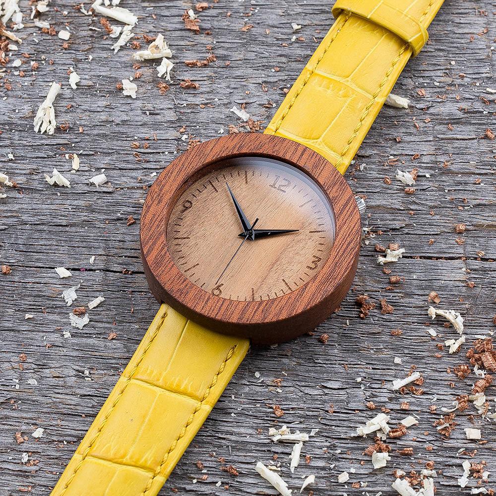 Круглые унисекс часы из дерева 45 мм. Массив сапеле. Желтый ремешок из кожи. Любая гравировка на циферблате и задней крышке + открытка из дерева TwinsWatch-SapeleYellowNew