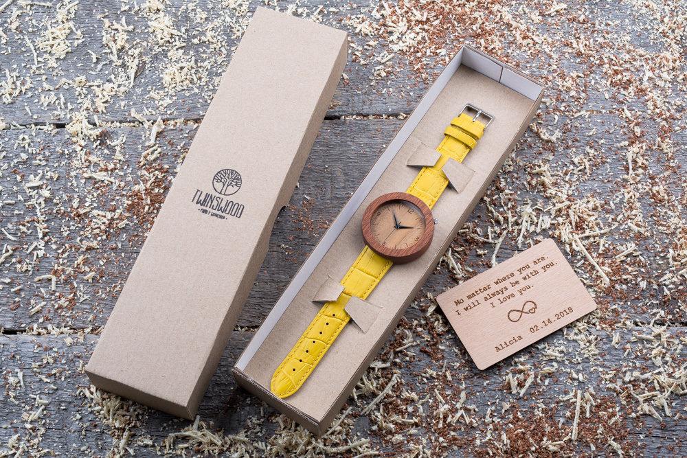 Круглые унисекс часы из дерева 45 мм. Массив сапеле. Желтый ремешок из кожи. Любая гравировка на циферблате и задней крышке + открытка из дерева