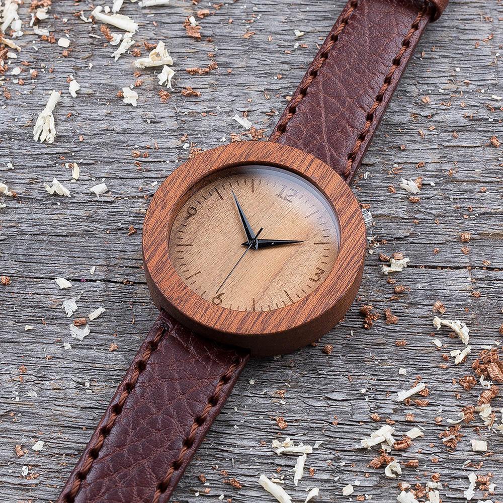 Круглые унисекс часы из дерева 45 мм. Массив сапеле. Коричневый глянцевый премиум ремешок из кожи. Любая гравировка на циферблате и задней крышке + открытка из дерева TwinsWatch-SapeleBrownGlowNew