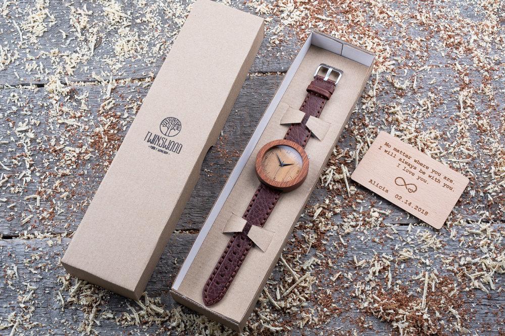 Круглые унисекс часы из дерева 45 мм. Массив сапеле. Коричневый глянцевый премиум ремешок из кожи. Любая гравировка на циферблате и задней крышке + открытка из дерева