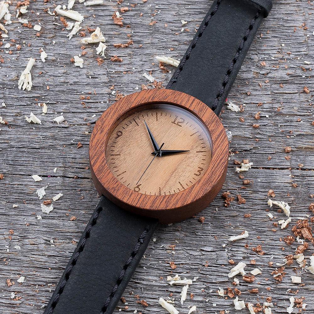 Круглые унисекс часы из дерева 45 мм. Массив сапеле. Черный премиум ремешок из кожи. Любая гравировка на циферблате и задней крышке + открытка из дерева TwinsWatch-SapeleBlackNew