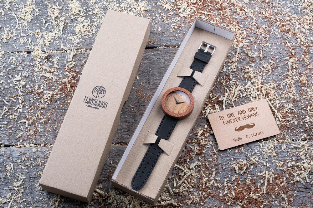 Круглые унисекс часы из дерева 45 мм. Массив сапеле. Черный премиум ремешок из кожи. Любая гравировка на циферблате и задней крышке + открытка из дерева