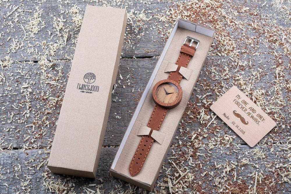 Круглые унисекс часы из дерева 45 мм. Массив сапеле. Терракотовый премиум ремешок из кожи. Любая гравировка на циферблате и задней крышке + открытка из дерева