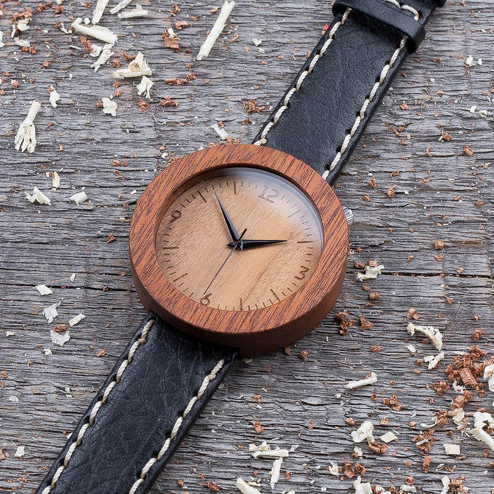 Круглые унисекс часы из дерева 45 мм. Массив сапеле. Черный с белой строчкой премиум ремешок из кожи. Любая гравировка на циферблате и задней крышке + открытка из дерева TwinsWatch-SapeleBlackWhiteNew