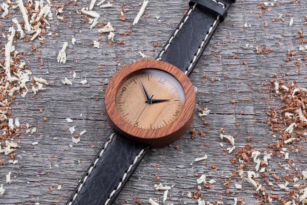 Круглые унисекс часы из дерева 45 мм. Массив сапеле. Черный с белой строчкой премиум ремешок из кожи. Любая гравировка на циферблате и задней крышке + открытка из дерева