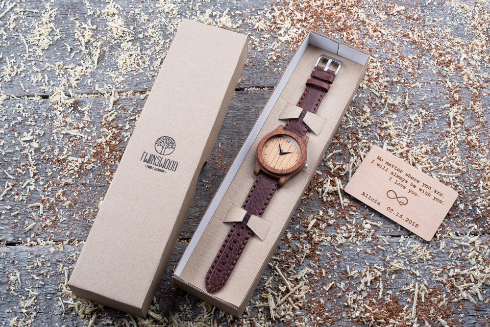 Деревянные часы  45 мм. Массив палисандра и сапеле. Коричневый глянцевый премиум ремешок из кожи. Любая гравировка на циферблате и задней крышке + открытка из дерева