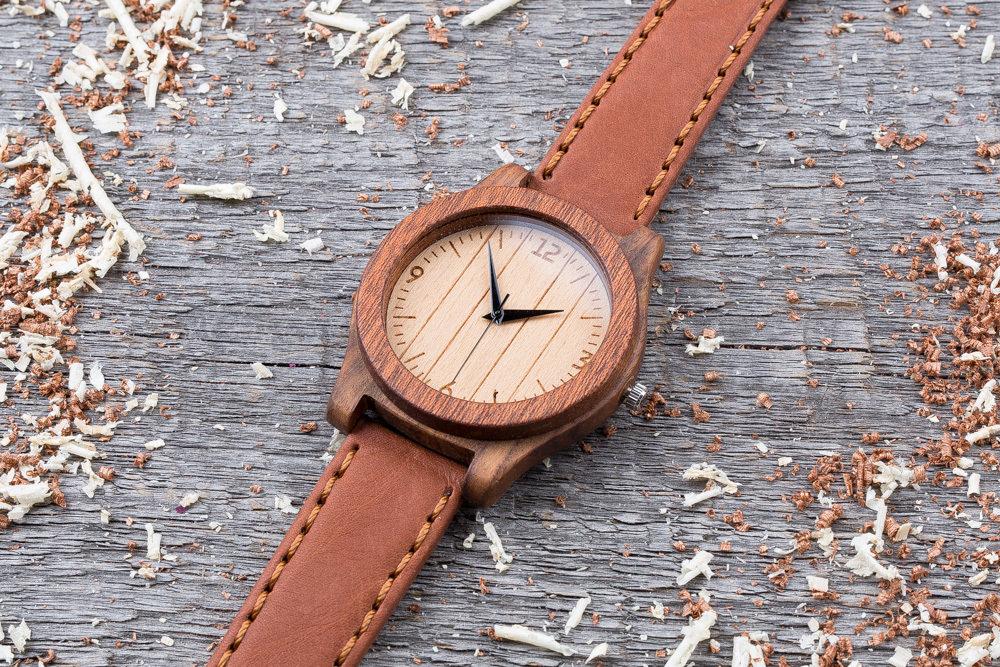Деревянные часы  45 мм. Массив палисандра и сапеле. Терракотовый премиум ремешок из кожи. Любая гравировка на циферблате и задней крышке + открытка из дерева