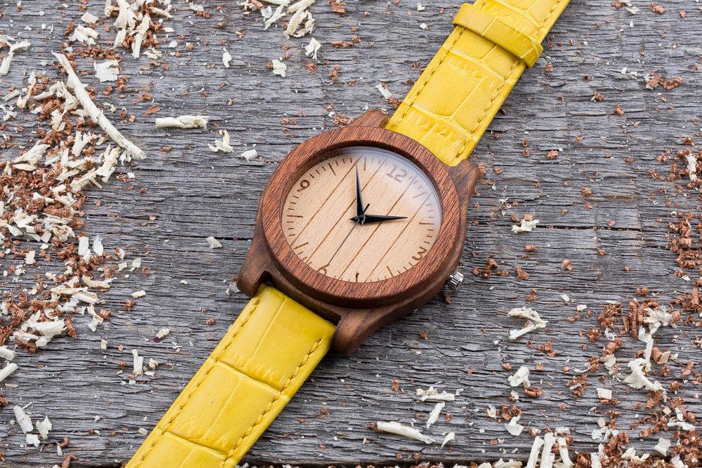 Деревянные часы  45 мм. Массив палисандра и сапеле. Желтый ремешок из кожи. Любая гравировка на циферблате и задней крышке + открытка из дерева