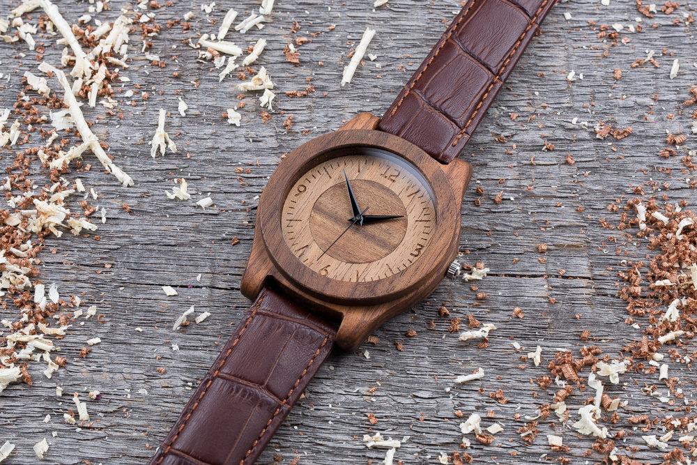 Деревянные часы  45 мм. Массив палисандра и ореха. Коричневый текстурный ремешок из кожи. Любая гравировка на циферблате и задней крышке + открытка из дерева
