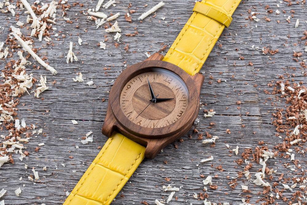 Деревянные часы  45 мм. Массив палисандра и ореха. Желтый ремешок из кожи. Любая гравировка на циферблате и задней крышке + открытка из дерева