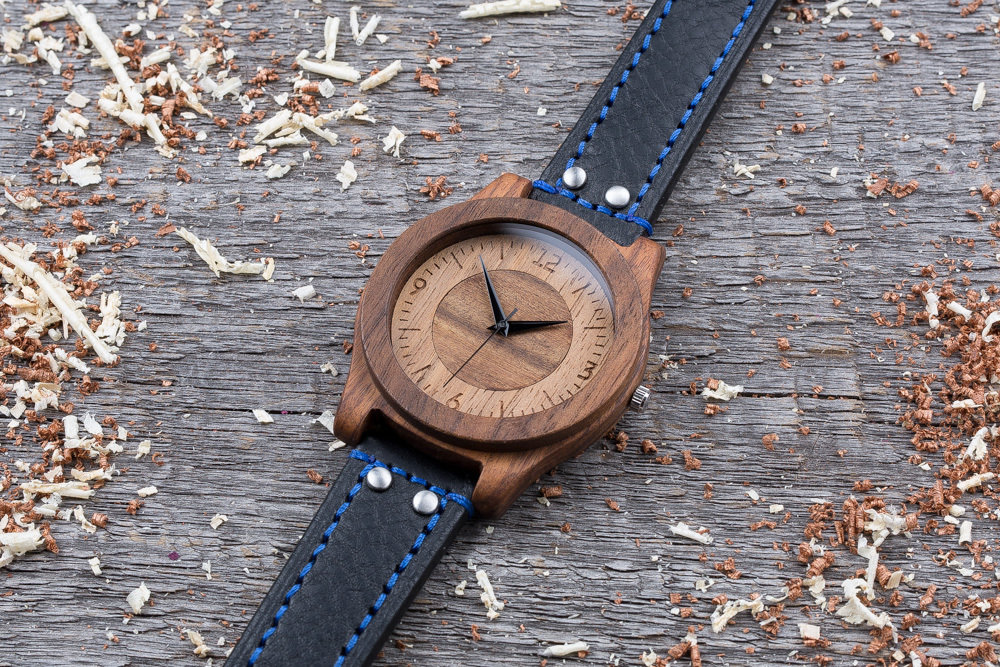 Деревянные часы  45 мм. Массив палисандра и ореха. Черный с синей строчкой ремешок из кожи. Любая гравировка на циферблате и задней крышке + открытка из дерева