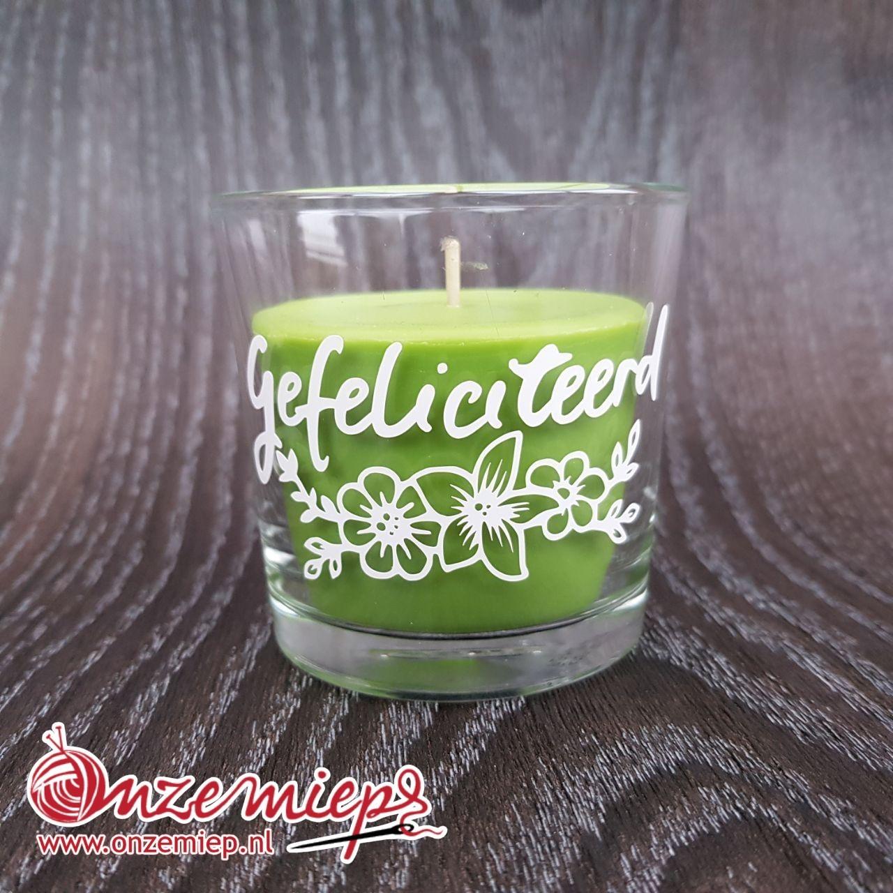 """Groene geurkaars met de tekst """"Gefeliciteerd"""""""