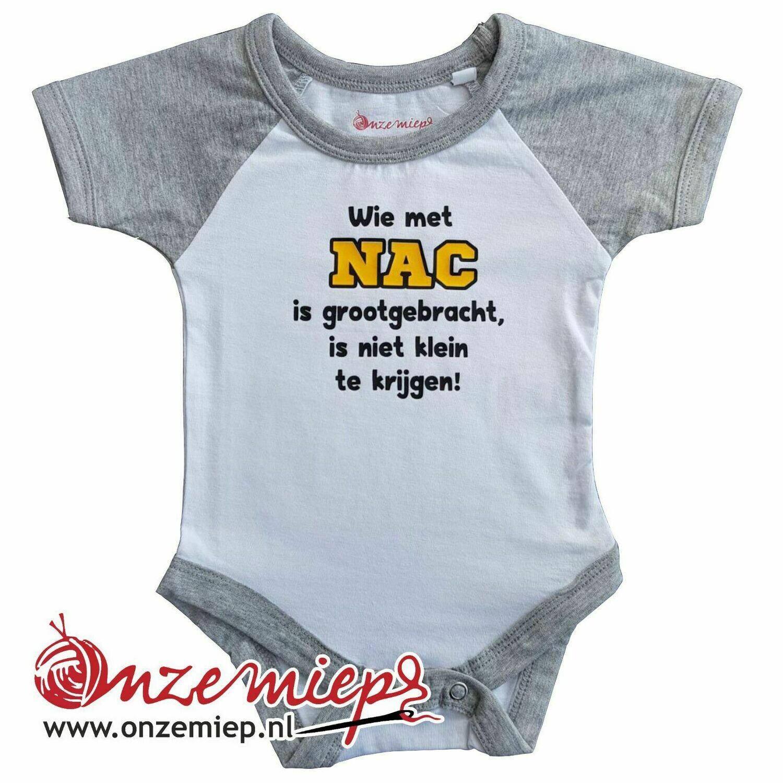 """Wit met grijze romper met """"Wie met NAC is grootgebracht, is niet klein te krijgen!"""""""