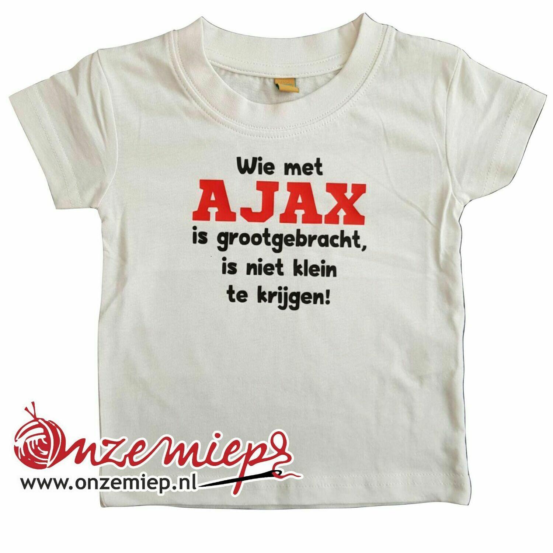 """Wit baby shirt met """"Wie met AJAX is grootgebracht, is niet klein te krijgen"""""""