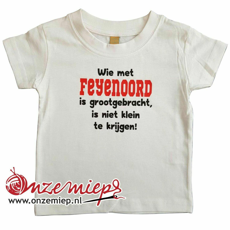 """Wit baby shirt met """"Wie met Feyenoord is grootgebracht, is niet klein te krijgen"""""""