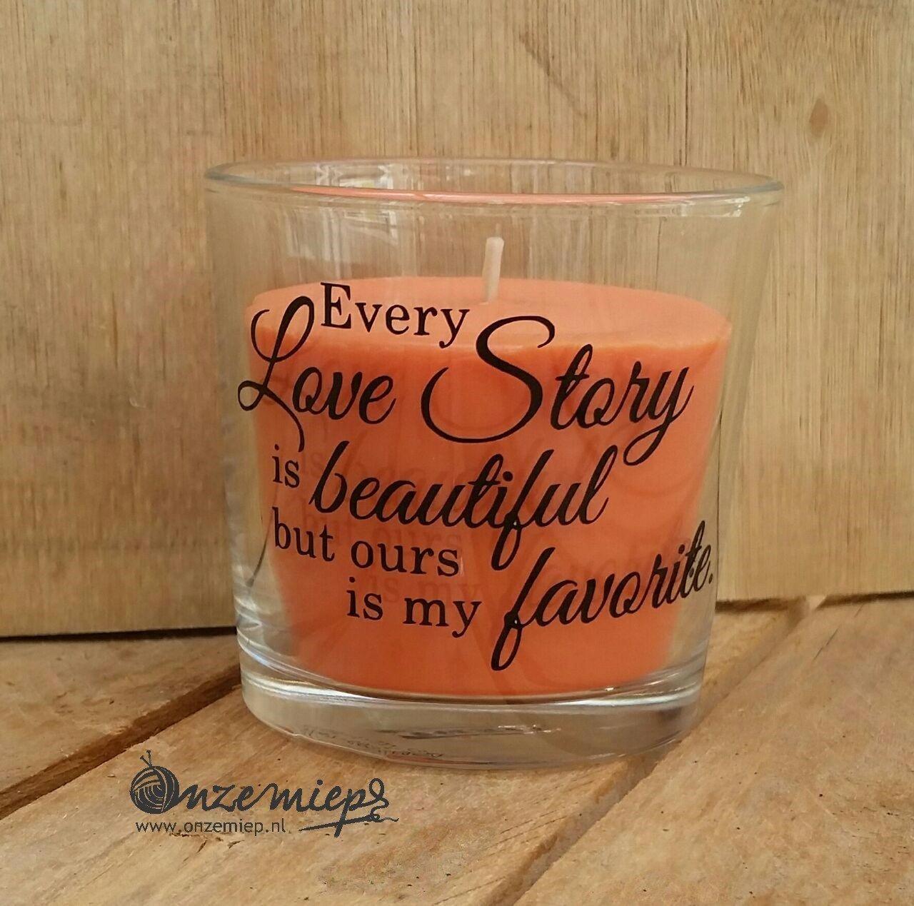 """Oranje geurkaars met """"Every love story is beautiful, but ours is my favorite"""""""