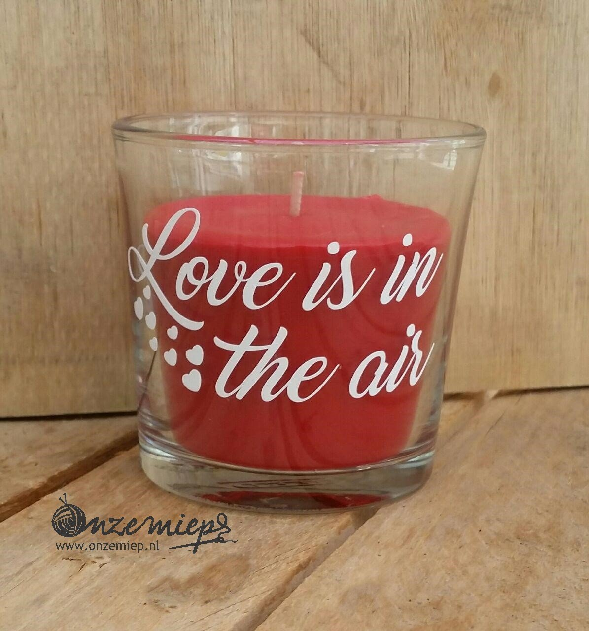 """Rode geurkaars met de tekst """"Love is in the air"""""""