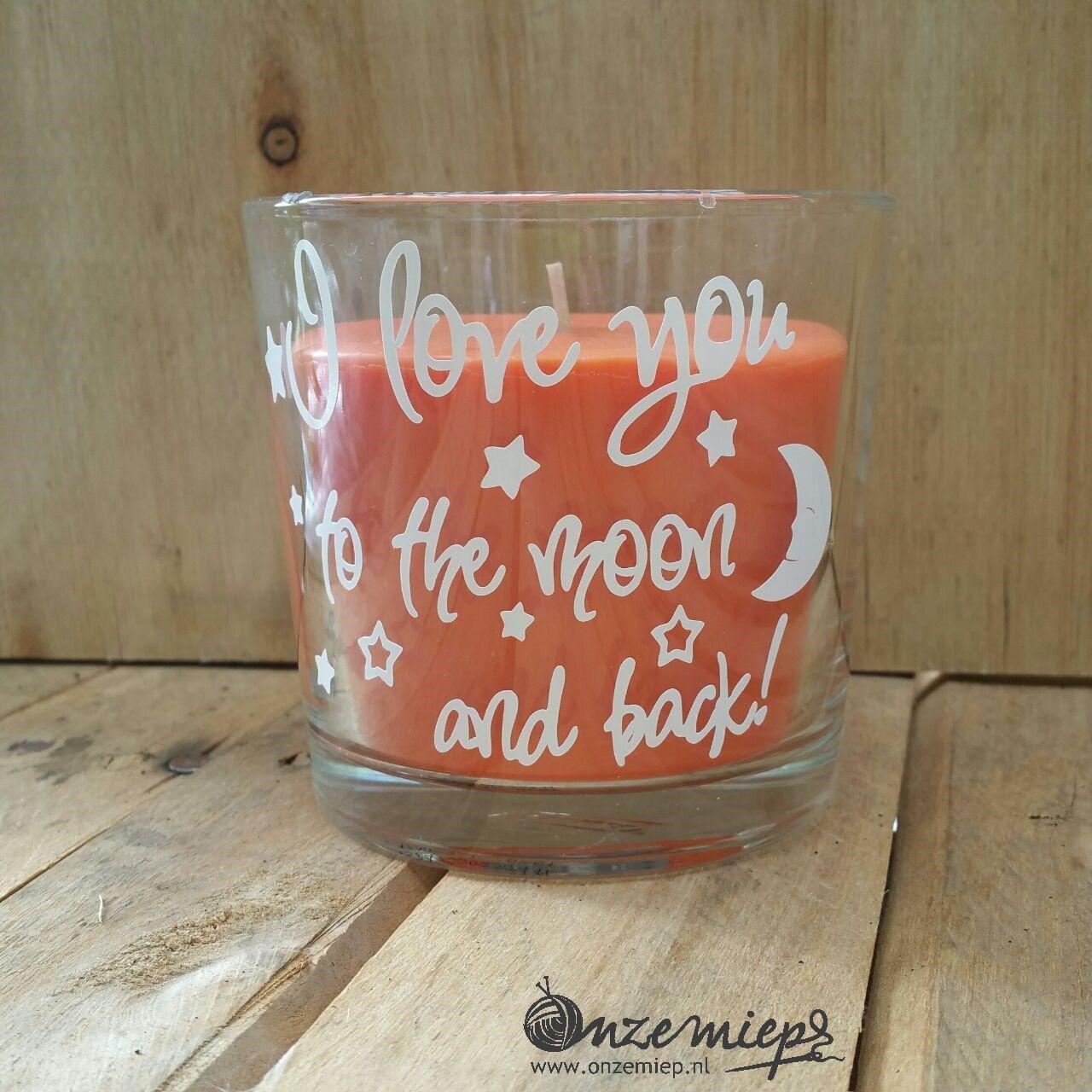 """Oranje geurkaars met de tekst """"I love you to the moon and back"""""""