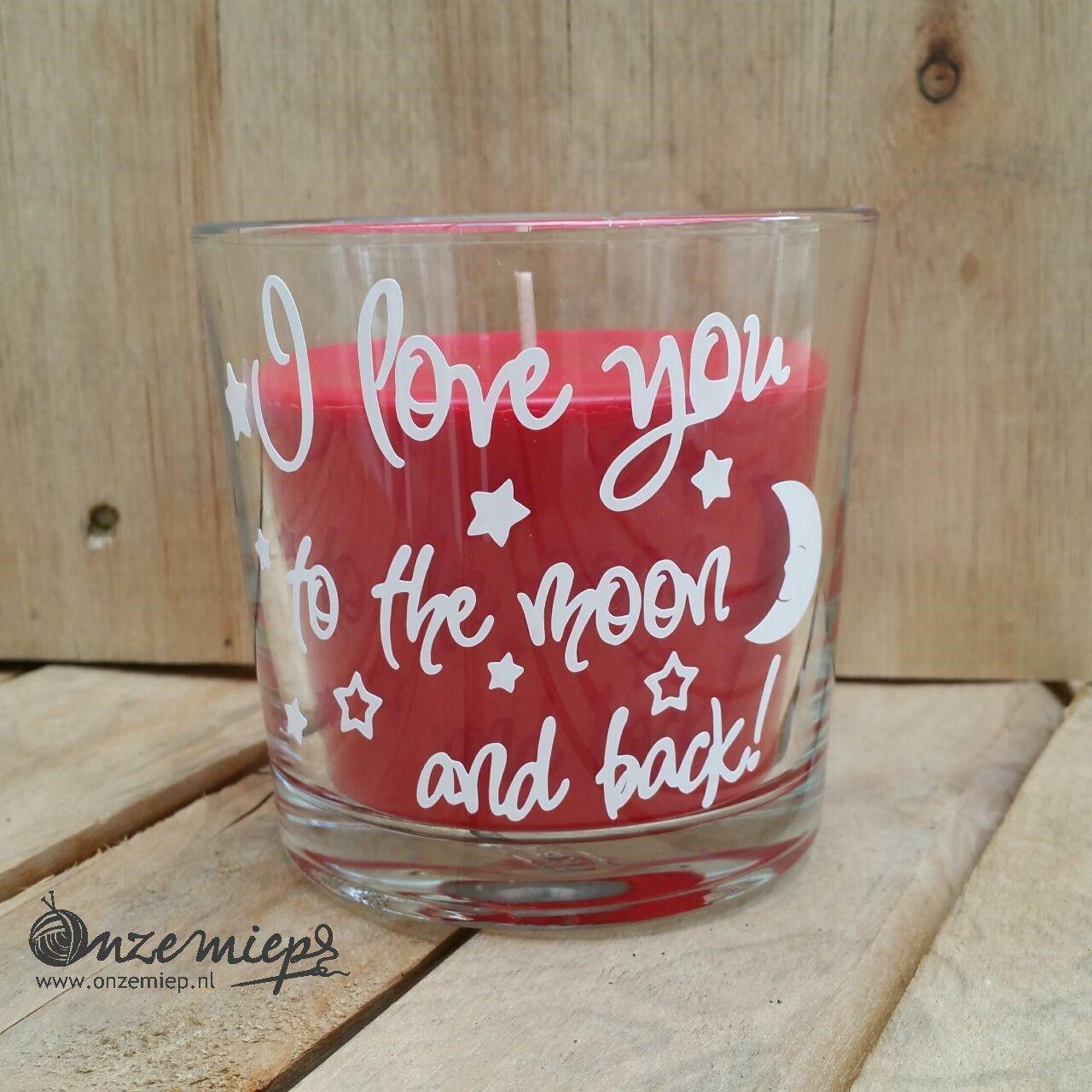 """Rode geurkaars met de tekst """"I love you to the moon and back"""""""