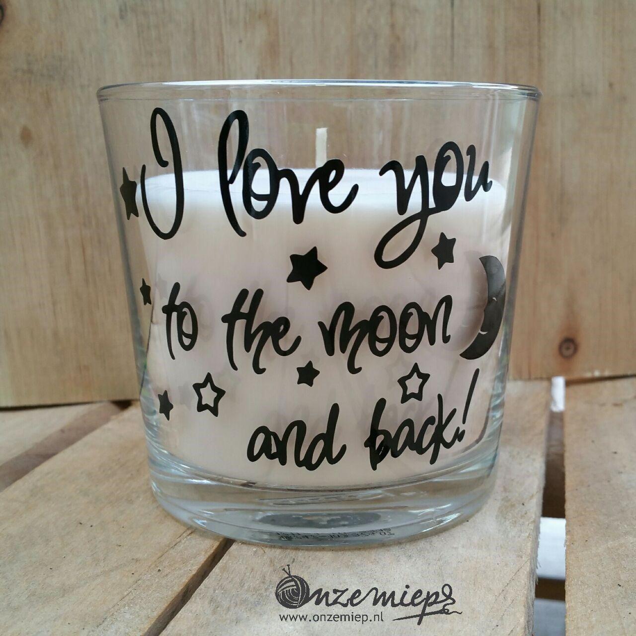 "Witte geurkaars met de tekst ""I love you to the moon and back"""