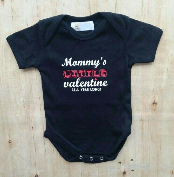 """Zwarte romper met de tekst """"Mommy's little valentine, all year long"""""""