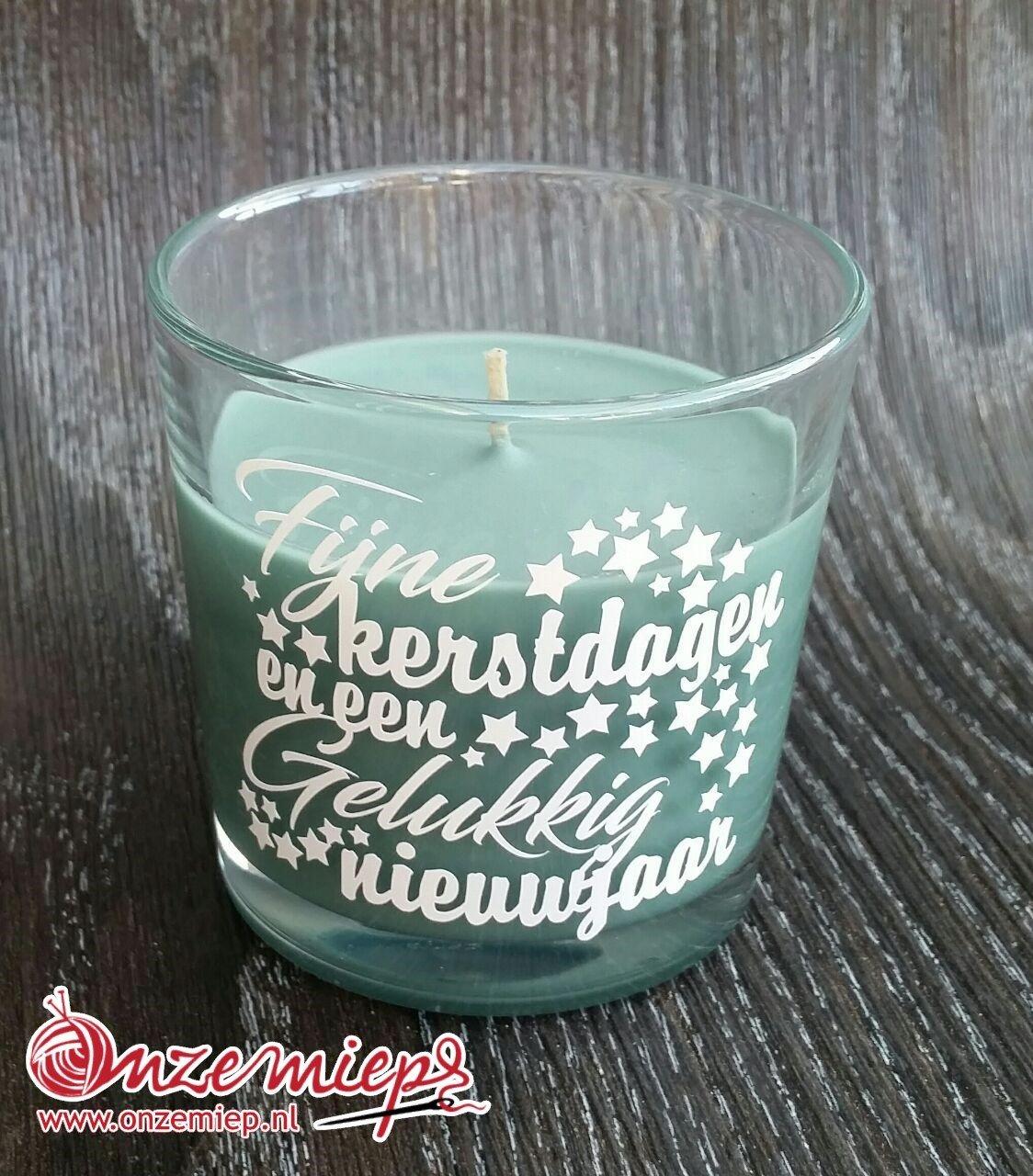 """Groene geurkaars met de tekst """"Fijne kerstdagen en een gelukkig nieuwjaar"""""""